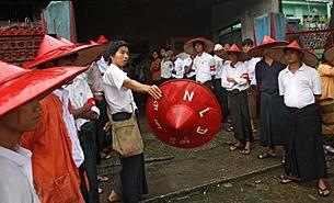 အမျိုးသား ဒီမိုကရေစီအဖွဲ့ချုပ် (NLD) ဌာနချုပ်ရုံးတွင် ကျင်းပသည့် ၁၉၉၀ ပြည့်နှစ် ရွေးကောက်ပွဲ အနိုင်ရ နှစ်ပတ်လည် အခမ်းအနားတွင် ပါတီ၏ သင်္ကေတတခု ဖြစ်သော ခမောက်ကိုယ်စီ ဆောင်းထားသည့် အဖွဲ့ဝင်များကို ၂၀ဝ၈ မေလ ၂၇ ရက်က တွေ့ရပုံ ဖြစ်ပါသည်။ (Photo: AFP)