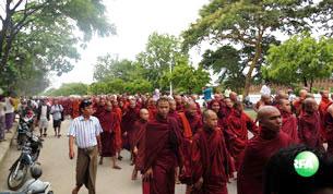 သမ္မတဦးသိန်းစိန်ရဲ့ ရခိုင်အရေး ရပ်တည်ချက်အပေါ် ထောက်ခံတဲ့အနေနဲ့ မန္တလေးမြို့ မဟာအောင်မြေမြို့နယ်နဲ့ အောင်မြေသာစံမြို့နယ်တွေမှာ ၂၀၁၂ ခုနှစ် စက်တင်ဘာလ ၂ ရက်နေ့ မနက်ပိုင်းက သံဃာတော် (၅) ထောင်ကျော် အပါအဝင် ပရိသတ် အင်အား တသောင်းကျော် ဆန္ဒပြနေစဉ်။