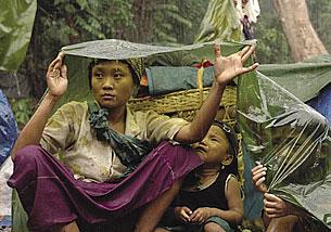 စစ်တပ်၏ ရက်စက် ုကမ်းုကြတ်မမြဵားေုကာင့် တောင်ငိူံြင့် ညောင်လေးပင်ခ႟ိုင်မြ ေူပးလာသော ကရင်ဒုက္ခသည် အမဵိြးသမီးိံြင့် ကလေးမဵားကို မိုးရေထဲတြင် တြေႚရပုံ ူဖစ်ပၝသည်။ (Photo: Courtesy of Free Burma Rangers)
