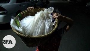ရန်ကုန်မြို့မှာ ညဘက် မုန့်ဖက်ထုပ်လိုက်ရောင်းတဲ့ မစန်းပြည့် ကို တွေ့ရစဉ်