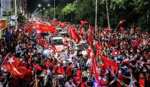 မန္တလေးမှာ NLD ထောက်ခံသူတွေ အောင်ပွဲခံနေကြစဉ်