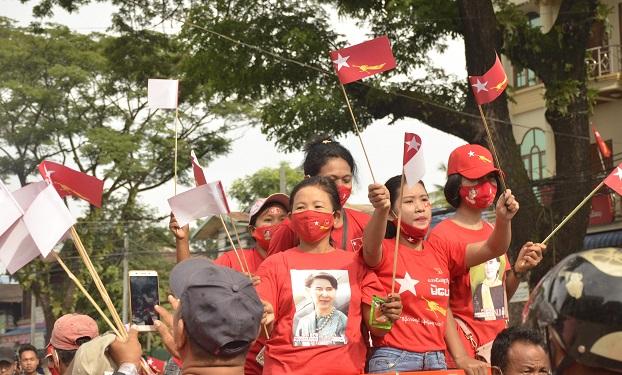 ၂ဝ၂ဝ ရွေးကောက်ပွဲမတိုင်ခင် ကလေးမြို့နယ်အတွင်း လှည့်လည်အင်အားပြခဲ့ကြသော NLD ပါတီထောက်ခံသူများ။