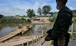 ၂ဝ၂ဝ အောက်တိုဘာ ၂၉ ရက်နေ့က ထိုင်း-မြန်မာနယ်စပ် မဲဆောက်မြို့အနီးမှာ စောင့်ကြပ်နေတဲ့ ထိုင်းနယ်ခြားစောင့်ရဲတပ်ဖွဲ့ဝင်တဦး။
