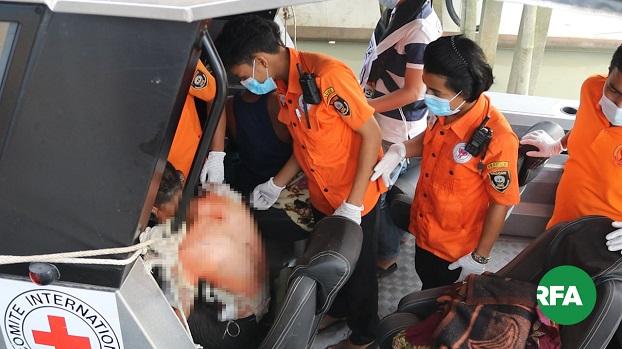 တိုက်ခိုက်ခံရလို့ ဒဏ်ရာရသွားတဲ့  ICRC ရိက္ခာတင် အငှားစက်စက်လှေဝန်ထမ်းတွေကို ICRC အဖွဲ့ရဲ့ အစီအစဉ်နဲ့ ရသေ့တောင်မြို့နယ်ကနေ စစ်တွေဆေးရုံကို အောက်တိုဘာလ ၃၀ ရက်နေ့က ပို့ဆောင်ပေးနေစဉ်။