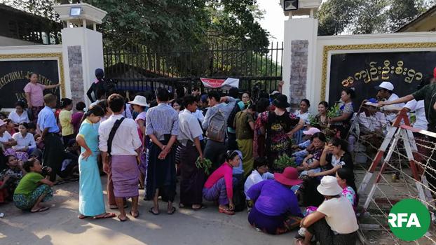 ၂၀၁၉၊ ဧပြီ ၁၇ ရက်နေ့ ရန်ကုန်မြို့ အင်းစိန်အကျဉ်းထောင်ရှေ့ မြင်ကွင်းကို တွေ့ရစဉ်