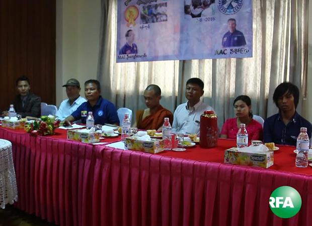 ထိုင်းရောက်မြန်မာအလုပ်သမားအရေး ကူညီပေးနေတဲ့ AAC မဟာမိတ်အဖွဲ့တာဝန်ရှိသူတွေ သြဂုတ်လ ၂ ရက်နေ့က ရန်ကုန်မြို့ ယုဇနဟိုတယ်မှာ သတင်းစာရှင်းလင်းပွဲကျင်းပနေစဉ်