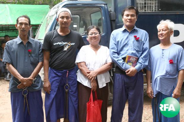 နိုင်ငံရေးအကျဉ်းသား ကိုနေမျိုးဇင်နဲ့ နော်အုန်းလှ အပါအဝင် တရုတ်သံရုံးရှေ့ဆန္ဒပြသူ ၅ ဦးကို အလုံမြို့နယ်တရားရုံးရှေ့ မှာ တွေ့ရစဉ်