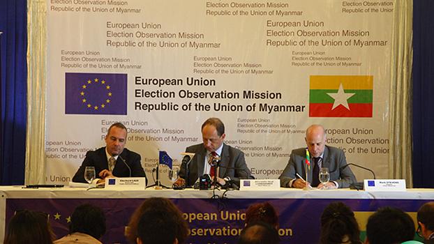 အီးယူ ရွေးကောက်ပွဲလေ့လာရေးမှူးချုပ် Mr Lambosdorff (အလယ်)ကို ရန်ကုန်မြို့ ဆီဒိုးနားဟိုတယ်မှာ ၂၀၁၅ အောက်တိုဘာလ ၂၀ ရက်နေ့ကကျင်းပတဲ့ သတင်းစာရှင်းလင်းပွဲမှာ တွေ့ရစဉ်