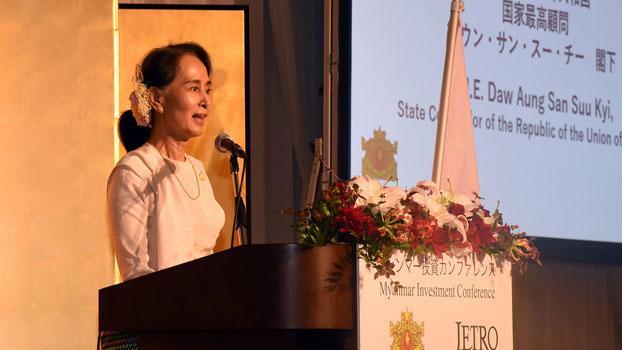 """ဂျပန်နိုင်ငံ တိုကျိုမြို့တွင် ၂ဝ၁၈ အောက်တိုဘာလ ၈ ရက်နေ့က ပြုလုပ်သည့် """"မြန်မာရင်းနှီးမြှုပ်နှံမှုညီလာခံ"""" တွင် ဒေါ်အောင်ဆန်းစုကြည် မိန့်ခွန်းပြောစဉ်။"""