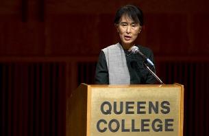 ၂၀၁၂ ခုနှစ် စက်တင်ဘာလ ၂၂ ရက်က နယူးယောက်မြို့ Queens College တွင် မြန်မာ့ ဒီမိုကရေစီ ခေါင်းဆောင် ဒေါ်အောင်ဆန်းစုကြည်က မြန်မာ့ ဒီမိုကရေစီ အသွင် ကူးပြောင်းရေးအကြောင်း ရှင်းလင်း ပြောပြနေစဉ်။