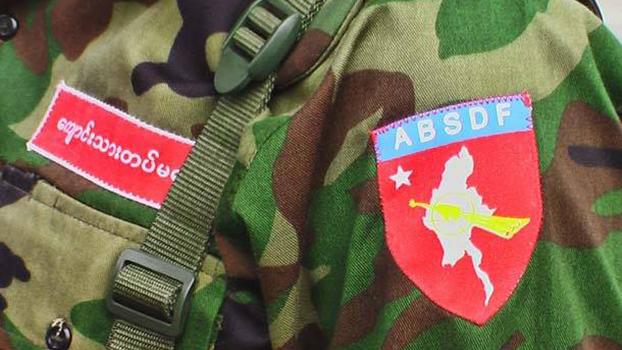 ABSDF ကျောင်းသားတပ်မတော်ရဲ့ ယူနီဖောင်းနဲ့ တံဆိပ်ကို တွေ့ရစဉ်