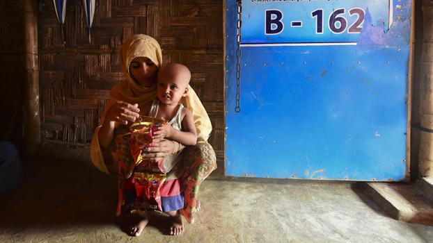 ဘင်္ဂလားဒေ့ရှ်နိုင်ငံ ကော့ဇ်ဘဇားမြို့အနီးက ရိုဟင်ဂျာဒုက္ခသည် သားအမိကို ၂ဝ၁၉ သြဂုတ် ၂၅ ရက်နေ့က တွေ့ရစဉ်