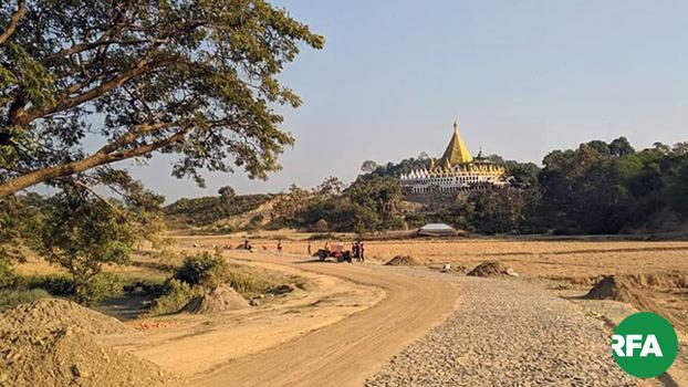 ရခိုင်ပြည်နယ်မြောက်ပိုင်း ဘူးသီးတောင်မြို့နယ် စံဂိုးထောင်ကျေးရွာက သုံးဆယ့်တစ်ဘုံစေတီကို တွေ့ရစဉ်