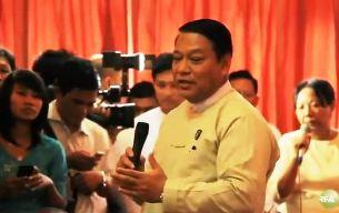 ၂၀၁၂ ခုနှစ် ဇူလိုင်လ ၃၀ ရက်က ရန်ကုန်မြို့ နိုင်ငံခြားရေး ဝန်ကြီးဋ္ဌာနတွင် ပြုလုပ်သော ရခိုင်ပြည်နယ် အခြေအနေ သတင်းစာရှင်းလင်းပွဲ၌ လူဝင်မှု ကြီးကြပ်ရေးနှင့် ပြည်သူအင်အား ဝန်ကြီးဌာန ပြည်ထောင်စု ဝန်ကြီး ဦးခင်ရီက ရှင်းလင်း ပြောကြားနေစဉ်။
