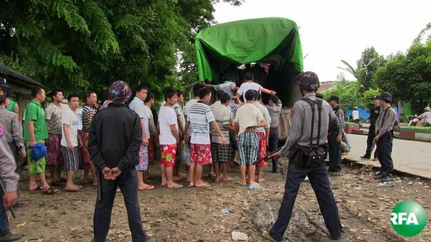 မြစ်ကြီးနားခရိုင်တရားရုံးမှာ ဇူလိုင် ၂၂ ရက်နေ့က တစ်သက်တစ်ကျွန်းအပြစ်ဒါဏ်ချမှတ်လိုက်တဲ့ တရုတ်နိုင်ငံသား အယောက် ၁၅၀ ကျော် ကို မြစ်ကြီးနား အကျဉ်းထောင်ကို ပြန်လည်ပို့ဆောင်စဉ်