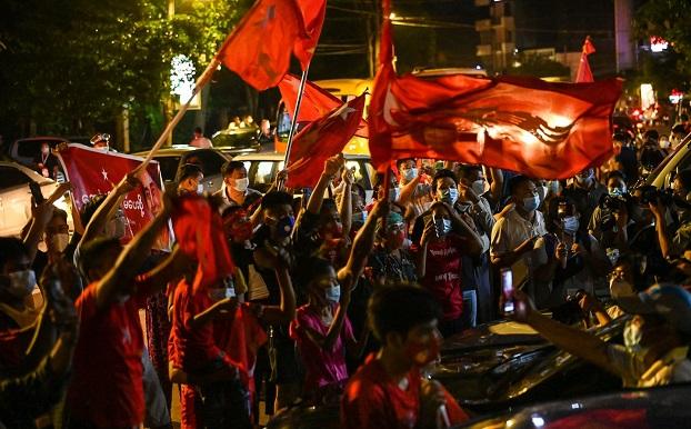 ၂ဝ၂ဝ နိုဝင်ဘာ ၈ ရက်နေ့ညက ရန်ကုန်မြို့NLD ရုံးချုပ်ရှေ့မှာ အောင်ပွဲခံနေကြတဲ့ NLD ပါတီထောက်ခံသူများ။