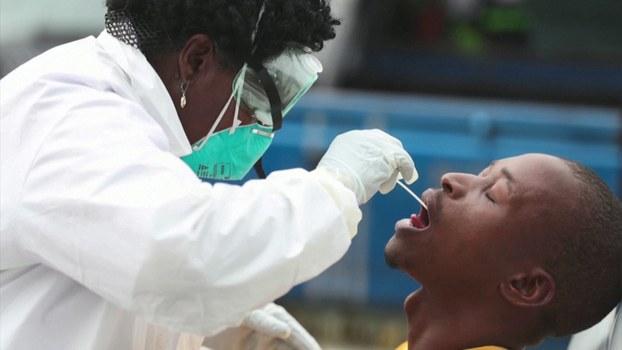 ကိုရိုနာဗိုင်းရပ်စ်ကူးစက်ခံရမှု ရှိမရှိ ဓာတ်ခွဲစမ်းသပ်ရန် တောင်အာဖရိကနိုင်ငံတစ်နိုင်ငံတွင် ကျန်းမာရေးဝန်ထမ်းတစ်ဉီး ပြင်ဆင်နေစဉ်။