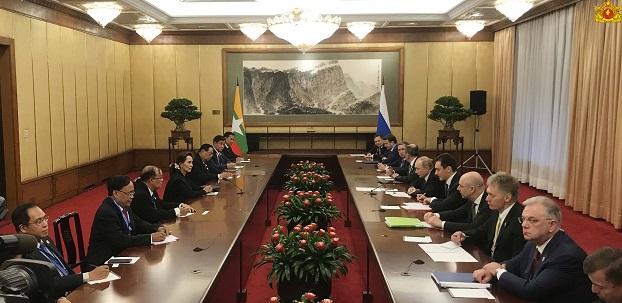 နိုင်ငံတော်အတိုင်ပင်ခံပုဂ္ဂိုလ် ဒေါ်အောင်ဆန်းစုကြည်နှင့် ရုရှားသမ္မတပူတင်တို့ တရုတ်နိုင်ငံ ဘေကျင်းမြို့တွင် ၂ဝ၁၉ ဧပြီလ ၂၆ ရက်နေ့က တွေ့ဆုံဆွေးနွေးစဉ်။