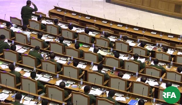 ပြည်ထောင်စုလွှတ်တော်မှာ တပ်မတော်သား လွှတ်တော်ကိုယ်စားလှယ်တွေကို တွေ့ရစဉ်