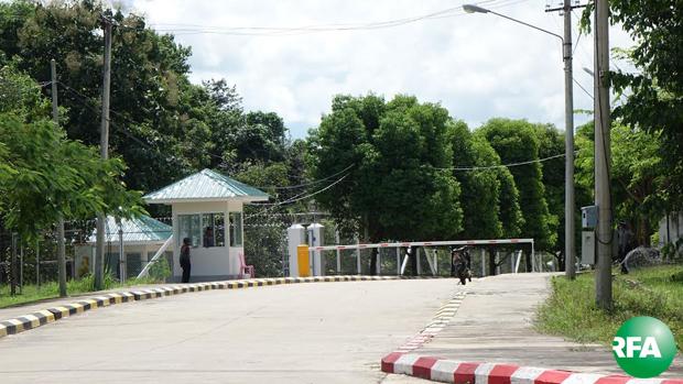 နေပြည်တော် ဇမ္ဗူသီရိမြို့နယ်က နိုငံတော်အတိုင်ပင်ခံပုဂ္ဂိုလ် ဒေါ်အောင်ဆန်းစုကြည်ရဲ့ နေအိမ်လုံခြုံရေးအတွက် အောက်တိုဘာလ ၄ ရက်နေ့ ကစပြီး လုံခြုံရေးချထားသည်ကို တွေ့ရစဉ်