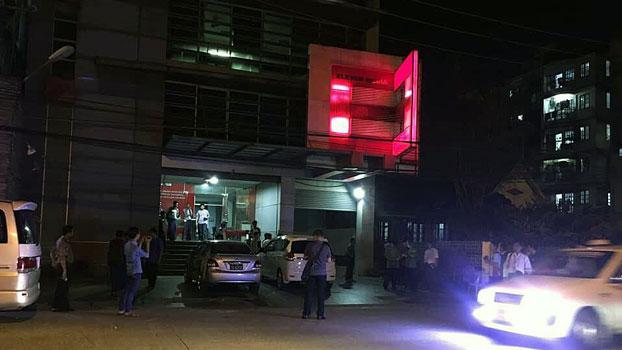 ၂ဝ၁၈ အောက်တိုဘာလ ၉ ရက်နေ့ညပိုင်းက ရန်ကုန်မြို့ Eleven မီဒီယာရုံးခန်းရှေ့တွင် ရဲတပ်ဖွဲ့ဝင်များ စောင့်ဆိုင်းနေသည်ကို တွေ့ရစဉ်။