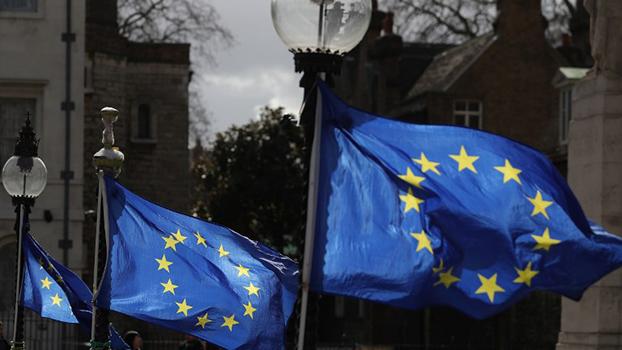 အီးယူ ဥရောပသမဂ္ဂအလံကို တွေ့ရစဉ်