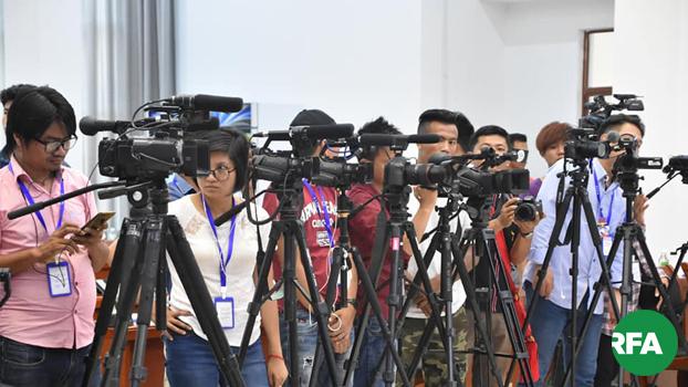 ပန်ဆန်းမြို့က UWSA ဗဟိုဌာနချုပ် အစည်းအဝေးခန်းမမှာ ၂၀၁၉၊ ဧပြီ ၁၈ ရက်နေ့ ကျင်းပတဲ့ သတင်းစာရှင်းလင်းပွဲမှာ သတင်းယူနေတဲ့ သတင်းသမားတွေကို တွေ့ရစဉ်