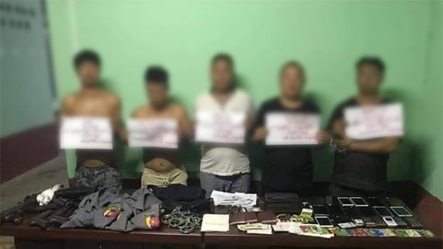 ရဲယူနီဖောင်းတွေ၊ လက်နက်အတုတွေ ဝတ်ဆင်ကိုင်ဆောင်ထားကြောင့် ပြည်သူ့ဝန်ထမ်း အယောင်ဆောင်မှုနဲ့ အရေးယူထားတဲ့ တရားမဝင် တရုတ်နိုင်ငံသား ငါးဦးကို တွေ့ရစဉ်