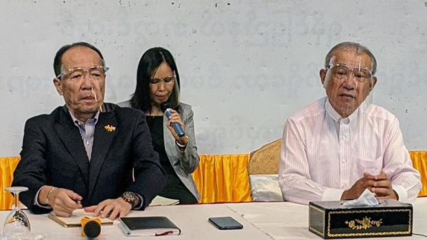 ဂျပန်အစိုးရရဲ့ မြန်မာနိုင်ငံဆိုင်ရာ အမျိုးသားပြန်လည်သင့်မြတ်ရေး အထူးကိုယ်စားလှယ် Mr. Yohei Sasakawa (ယာဘက်) ၂၀၂၀ နိုဝင်ဘာ ၂၈ ရက်နေ့က စစ်တွေမြို့မှာ သတင်းစာရှင်းလင်းစဉ်