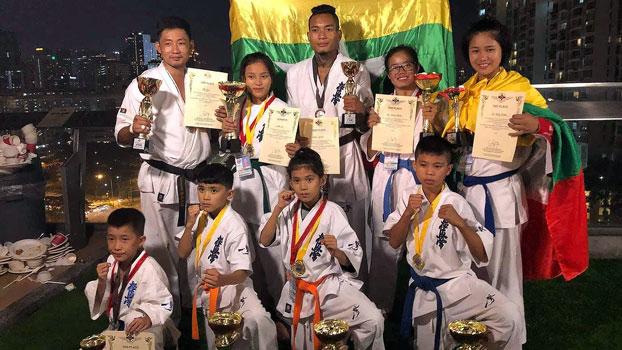 စင်္ကာပူနိုင်ငံတွင် ကျင်းပသည့် အာရှ ၁ဝ နိုင်ငံ ကရာတေးဖိတ်ခေါ်ပြိုင်ပွဲတွင် ဆုအသီးသီး ရရှိခဲ့ကြသည့် မြန်မာကရာတေးအဖွဲ့ဝင်များ။