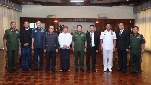 ကာကွယ်ရေးဦးစီးချုပ်ဗိုလ်ချုပ်မှူးကြီးမင်းအောင်လှိုင်နဲ့ KBC ကချင်နှစ်ခြင်းအသင်းတော်ဥက္ကဋ္ဌ ဒေါက်တာခလမ်ဆမ်ဆွန်တို့ စက်တင်ဘာ ၁၂ ရက်နေ့က မန္တလေးမြို့တွင် တွေ့ဆုံစဉ်။