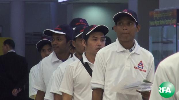 မလေးရှားနိုင်ငံကနေ မြန်မာအလုပ်သမား ၁၃ဝ ကျော် ရန်ကုန်မြို့ကို ၂ဝ၁၆ ခုနှစ် သြဂုတ်လ ၈ ရက်ညပိုင်းက ပြန်လည်ရောက်ရှိလာစဉ်