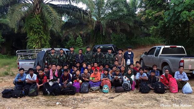 ၂ဝ၁၈ ဇွန်လ ၂၅ ရက်နေ့က ထိုင်း-မြန်မာနယ်စပ် ရနောင်းမြို့အနီးမှာ မြန်မာအလုပ်သမား ၄ဝ တင်လာတဲ့ ထရပ်ကား ၃ စီးကို ထိုင်းစစ်တပ်က ဖမ်းဆီးထားစဉ်။