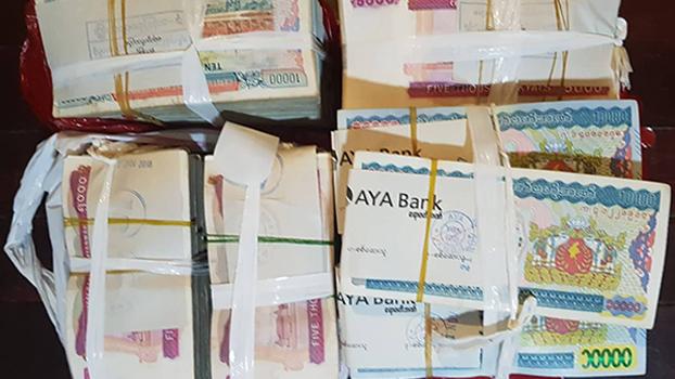 မြန်မာကျပ်ငွေတချို့ကို တွေ့ရစဉ်