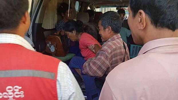 မြောက်ဦးမြို့နယ် နလိပ်ကျေးရွာမှာ လက်နက်ကြီးကြောင့် ထိခိုက်ဒဏ်ရာရသူတွေကို  ၂၀၁၉ ဒီဇင်ဘာ ၂ ရက်နေ့က ဆေးရုံပို့ဆောင်စဉ်
