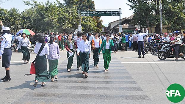 မြစ်ကြီးနားမြို့ အမှတ် ၁ အခြေခံပညာအထက်တန်းကျောင်းက ကျောင်းသူကျောင်းသားတွေကို တွေ့ရစဉ်