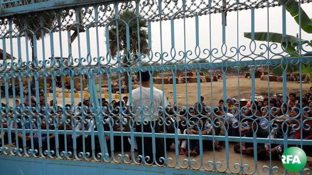 စစ်ကိုင်းတိုင်းဒေသကြီး စက်မှုဇုန် Myanmar Veneer သစ်အခြေခံစက်ရုံရှေ့မှာ အလုပ်သမားတချို့ ဖေဖော်ဝါရီလ ၂၉ ရက်နေ့က ဆန္ဒပြတောင်းဆိုနေစဉ်