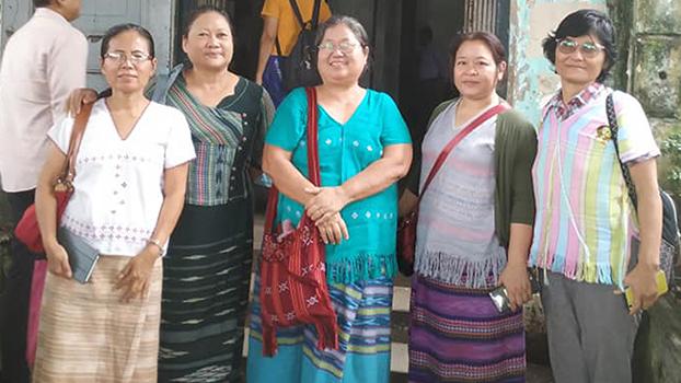 ဒီမိုကရေစီနဲ့ ငြိမ်းချမ်းရေး အမျိုးသမီးအဖွဲ့ခေါင်းဆောင် နော်အုန်းလှ(အင်္ကျီအပြာ)ကို ကျောက်တံတားမြို့နယ် တရားရုံးရှေ့မှာ  ၂၀၁၉ စက်တင်ဘာ ၁၀ ရက်နေ့ကတွေ့ရစဉ်