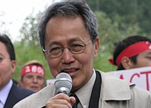အမေရိကန်ပြည်ထောင်စု ဝါရှင်တန် ဒီစီမြို့တော်တွင် ပြုလုပ်သည့် ဆန္ဒပြပွဲ တစ်ခုတွင် ပြည်ထောင်စု မြန်မာနိုင်ငံ အမျိုးသား ညွန့်ပေါင်း အစိုးရ ဝန်ကြီးချုပ် ဒေါက်တာစိန်ဝင်း မိန့်ခွန်း ပြောကြားနေစဉ်။