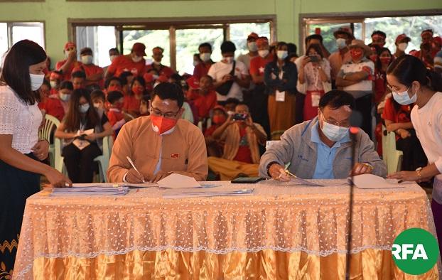 ၂ဝ၂ဝ နိုဝင်ဘာ ၁ဝ ရက်နေ့က လားရှိုး မြို့တော်ခန်းမမှာ အနိုင်ရ ကိုယ်စားလှယ်လောင်းတွေနဲ့ ယှဉ်ပြိုင်ဘက်ပါတီတွေ မဲရလဒ် ပုံစံ (၁၉) အတည်ပြုလက်မှတ်ရေးထိုးစဥ်။