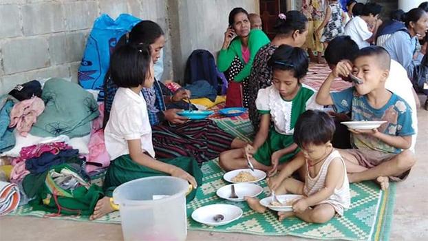 ကရင်ပြည်နယ် ဘုရားသုံးဆူဂိတ်အနီးမှာ အစိုးရတပ်နဲ့ မွန်ပြည်သစ်ပါတီတပ်တွေ တိုက်ပွဲကြောင့် ထိုင်းနိုင်ငံဘက် ထွက်ပြေးခိုလှုံနေရတဲ့ ရွာသားတွေကိုတွေ့ရစဉ်