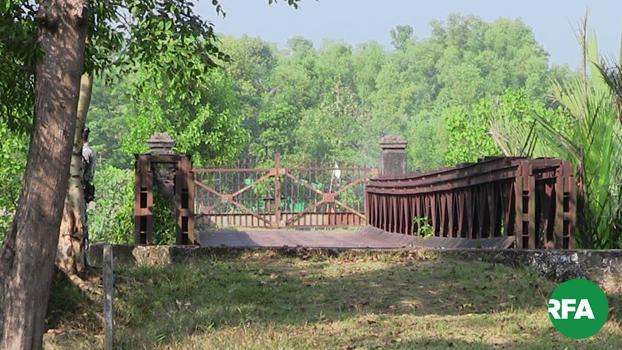 ဒုက္ခသည်တွေပြန်လာမယ့် တောင်ပြိုလက်ဝဲမြို့နယ်က မြန်မာ-ဘင်္ဂလားဒေ့ရ်ှ နှစ်နိုင်ငံနယ်စပ်တံတားကို တွေ့ရစဉ်