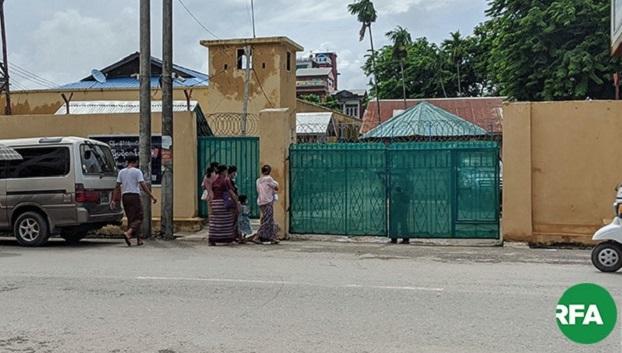 အဓမ္မပြုကျင့်ခံရမှု အရေးယူပေးဖို့ တိုင်ချက်ဖွင့်ရန် စစ်တွေမြို့မရဲစခန်းကို  ဇူလိုင်လ ၁၀ ရက်နေ့က ကာယကံရှင်အမျိုးသမီး သွားရောက်ခဲ့စဉ်။