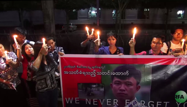 Eleven Media Group ရဲ့ မုံရွာအခြေစိုက် သတင်းထောက် ကိုစိုးမိုးထွန်း အမှု အမြန်ဆုံးပေါ်ပေါက်ဖို့ သတင်းမီဒီယာသမားတွေ ၂ဝ၁၆ ခုနှစ် ဒီဇင်ဘာလ ၁၉ ရက်နေ့ညက ရန်ကုန်မြို့ ဆူးလေဘုရားအနီးမှာ ဖယောင်းတိုင်ထွန်း ဆုတောင်းခဲ့စဉ်