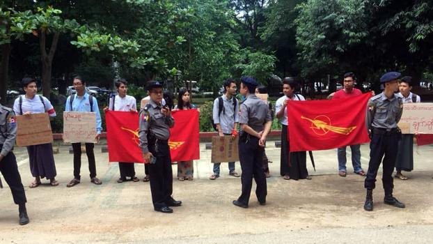 7 July နေ့ အခမ်းအနားကျင်းပလို့ ဖမ်းဆီးခံထားရတဲ့ ကျောင်းသားတွေချက်ချင်း ပြန်လွှတ်ပေးဖို့ နိုင်ငံတော် အတိုင်ပင်ခံပုဂ္ဂိုလ် ဒေါ်အောင်ဆန်းစုကြည်ကို ဗကသနဲ့ တကသ ကျောင်းသားတွေ ၂၀၁၉၊ ဇူလိုင် ၂၀ ရက်နေ့က ရန်ကုန်တက္ကသိုလ်၊ ကံ့ကော်ပန်းခြံမှာ ဆန္ဒပြတောင်းဆိုကြစဉ်