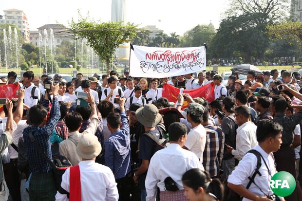 ရန်ကုန်မြို့တော် ခန်းမရှေ့မှာ ဆန္ဒပြသူတွေကို အစိုးရက လက်ပတ်နီဝတ်အရပ်ဝတ်တွေနဲ့ အကြမ်းဖက်ဖြိုခွင်းခဲ့တဲ့ ၁ နှစ်ပြည့် အခမ်းအနားကို မတ်လ ၅ ရက်နေ့က တွေ့ရစဉ်