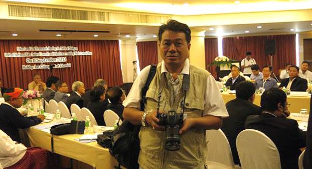 ထိုင်းမြန်မာနယ်စပ် ငြိမ်းချမ်းရေးဆွေးနွေးပွဲတစ်ခုတွင် တွေ့ရသည့် RFA သတင်းထောက် ဦးအောင်မိုးမြင့်။