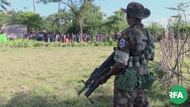 ရခိုင်ပြည်နယ် ရသေ့တောင်မြို့နယ် အနောက်ပြင်ကျေးရွာမှာ လုံခြုံရေးယူနေတဲ့ စစ်သားတစ်ဦးကို တွေ့ရစဉ်