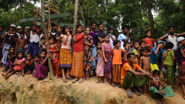 ဘင်္ဂလားဒေ့ရှ်နိုင်ငံ ကုတုပလောင် ဒုက္ခသည်စခန်းက ရိုဟင်ဂျာ မွတ်စလင် ဒုက္ခသည်တွေကို ၂ဝ၁၈ ခုနှစ် သြဂုတ်လ ၂၅ ရက်နေ့က တွေ့ရစဉ်