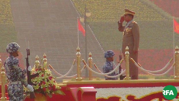 နေပြည်တော်မှာ ၂ဝ၁၆ ခုနှစ်ကကျင်းပတဲ့ တပ်မတော်နေ့ကို တက်ရောက်လာတဲ့ မြန်မာ့တပ်မတော် ကာကွယ်ရေးဦးစီးချုပ်ကို တွေ့ရစဉ်